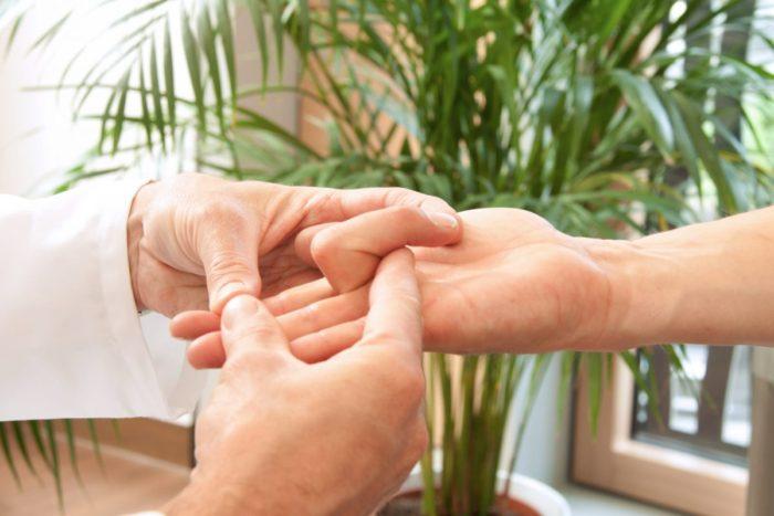 一般的に行われている治療はお薬+リハビリ+手術